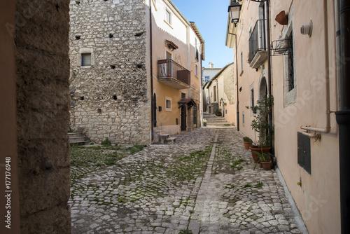 Poster Smal steegje Scorcio nel comune di Barrea - Parco Nazionale Abruzzo Lazio e Molise