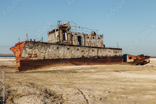 Aluminium Schipbreuk Aral sea disaster. Abandoned rusty fishing boat at the desert on the place of former Aral sea