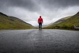 route vierge montagne disconnect seul libre liberté faroe island féroé homme randonnée randonneur marcheur  perspective vivre nature sauvage herbe colline doudoune rouge, - 177205562