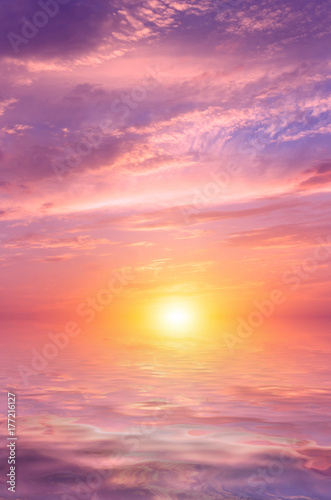 Foto op Plexiglas Lichtroze Pink sunset with beautiful, colorful clouds over the sea.