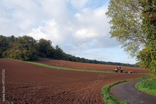 Foto op Plexiglas Cappuccino tracteurs et champs cultivés en Picardie
