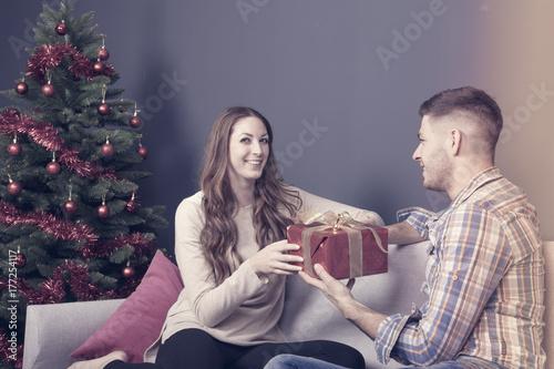 junges paar weihnachten zuhause Poster