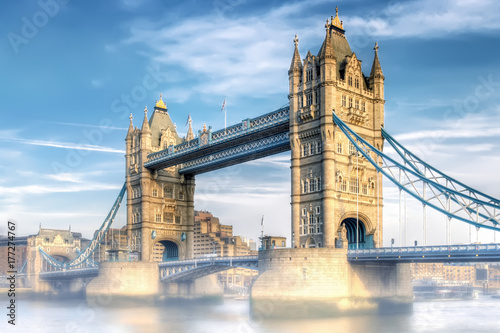 London Tower Bridge im Nebel