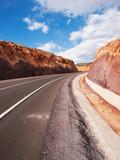 Carretera por la montaña con curva - 177298345
