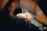 Cappuccino con disegno, schiuma o latte art con foglia - 177314112