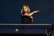 jeune femme pratiquant le tennis de table