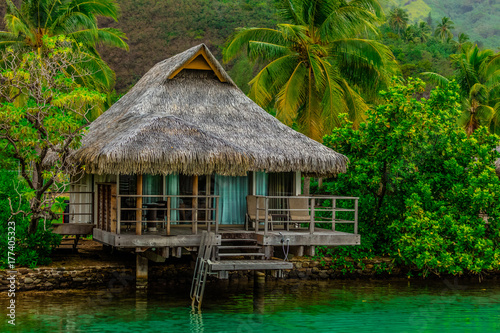 Papiers peints Tropical plage MAISON SUR PILOTIS