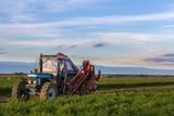 Blauer Traktor im Feld kurz vor seinem Einsatz, Freiraum rechts