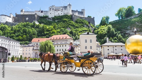 Foto Murales Tourists sightseeing in horse carriage in Salzburg, Austria