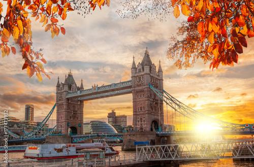 basztowy-most-w-londynie,-jesien,-anglia