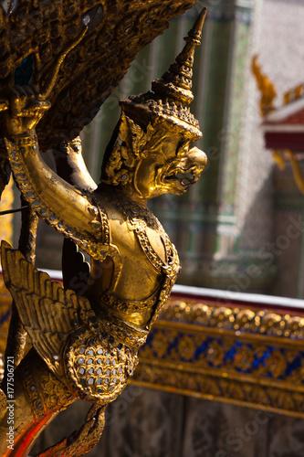 Nahaufnahme einer Tempelverzierung in Bangkok Poster