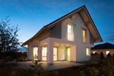 Einfamilienhaus in der Dämmerung - 177507551