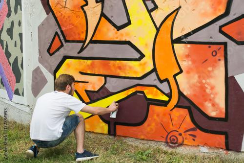 Papiers peints Graffiti Graffiti on a fence.