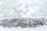 Fototapety Verschneiter Holzboden vor Wald mit Winterhimmel und Bokeh, Hintergrund, Weihnachten