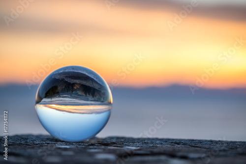 Foto op Plexiglas Ochtendgloren Glaskugel im Sonnenaufgang
