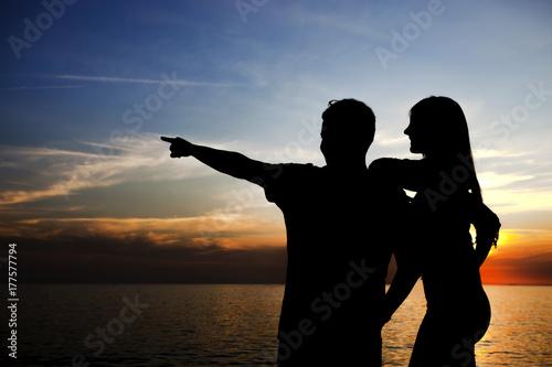 gün batımını izleyen genç çift