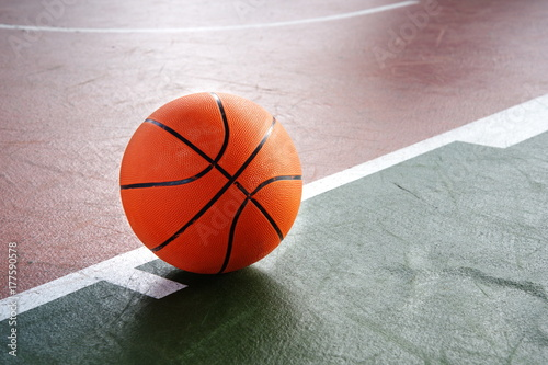 Aluminium Basketbal orange basketball on green brown court of gymnasium sport floor background