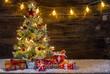 Weihnachtsbaum mit Schnee Lichter und Geschenke