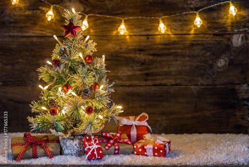 Weihnachtsbaum mit Schnee Lichter und Geschenke - 177665333