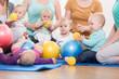 Leinwanddruck Bild - Junge Mütter und ihre Kinder spielen gemeinsam im Mutter-Kind-Kurs