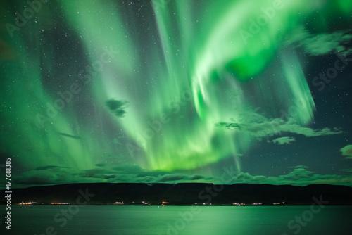 Fotobehang Noorderlicht Polarlichter über einem Fjord