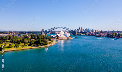 Fotobehang Sydney Beautiful panorama of the Sydney harbour district with Harbour bridge, Botanical garden and the Opera building.