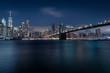 Manhatten und die Brooklyn Bridge bei Nacht