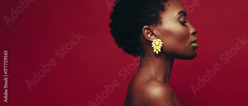 Boczny widok piękna afrykańska młoda kobieta