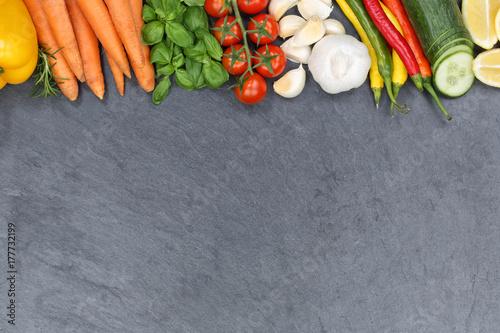 Poster Gemüse Sammlung Tomaten Karotten Paprika kochen Zutaten Schieferplatte Textfreir