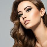 Twarz pięknej kobiety o długich brązowych włosach