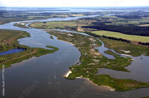 Foto op Plexiglas Pistache Peenestrom zwischen Insel und Festland