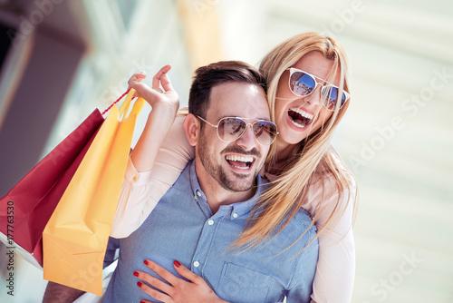 wspolne-zakupy,-mloda-para,-usmiech