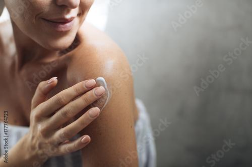 Leinwanddruck Bild Woman Applying Moisturising Creme on Her Body