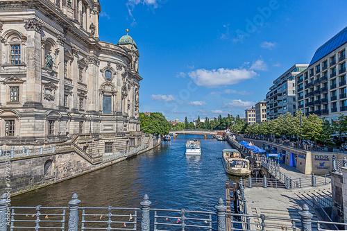 Aufnahme der Spree in Berlin von der Liebknechtbrücke in Richtung Regierungsvier Poster