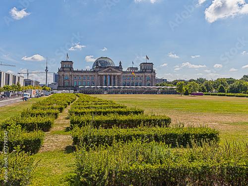 Платно Reichstag in Berlin mit Park im Vodergrund aufgenommen im Sommer 2013 von der  P