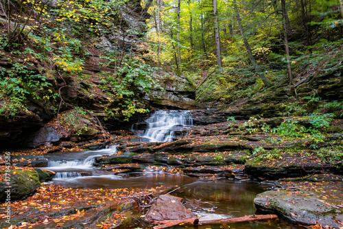 Papiers peints Rivière de la forêt Small Autumn Waterfall