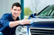 Mann bei der Lackpflege des Auto mit Waschs