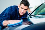 Mann bei der Lackpflege des Auto mit Waschs - 177895564
