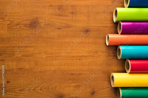 Vinilos de colores sobre fondo de madera con sus instrumentos necesarios y cuaderno de notas