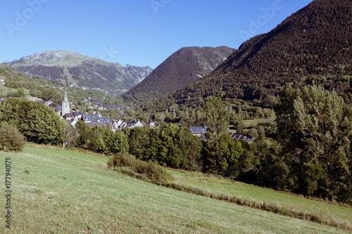 Papiers peints Olive paisaje de pueblo de montagna