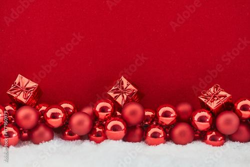 Geschenk an Weihnachten vor rotem Hintergrund Poster