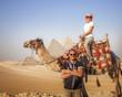 Coppia  sul cammello davanti alle Piramidi