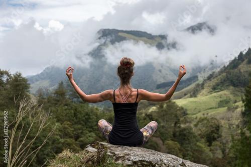 Papiers peints Ecole de Yoga Frau meditiert auf Berg mit traumhafter Aussicht