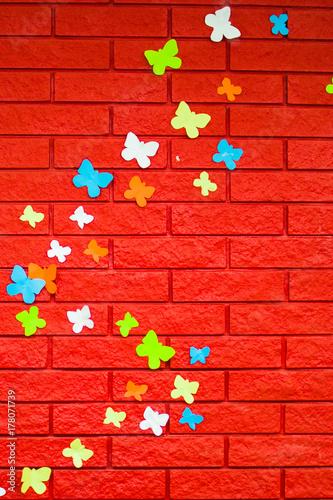 Keuken foto achterwand Vlinders in Grunge red brick wall with butterflies made of paper