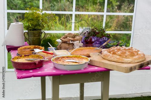 Pajer och bröd dukat på sidobord för kräftskiva