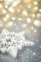 Schneeflocke auf gold-silbernem Untergrund