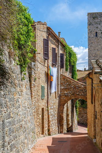 Poster Smal steegje Alley with hanging laundry in an old Italian village