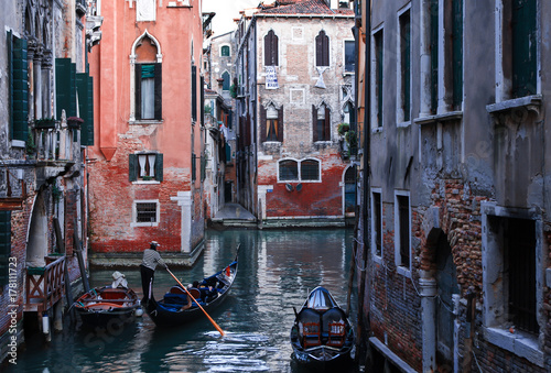 Foto op Plexiglas Venetie gondola with tourists walking through the canals