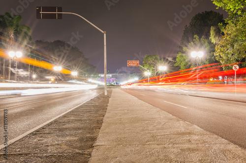 Fotobehang Nacht snelweg Foto noturna em Curitiba