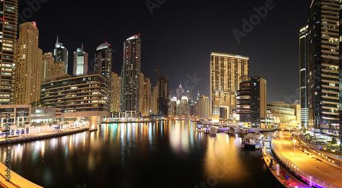 Keuken foto achterwand Dubai Panoramaaufnahme in Dubai von der Skyline im Stadtteil Marina in der Nacht mit Wasserspiegelung im November 2013